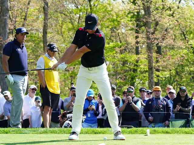 画像1: テークバックで右肩が手よりも先に回る。 肩が90度回った時点で手はまだ低い位置。 トップでは両肩が正面から見える。腰は45度右を向く。 ダウンのスタートで左肩、左ひざが一気に左に回る。 そして、左肩がどいて通り道ができ、反力を使い左ひざが伸びる。 左ひざが伸び切り、右足は流れず粘る