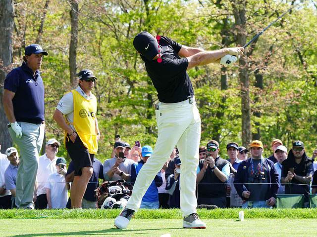 画像6: テークバックで右肩が手よりも先に回る。 肩が90度回った時点で手はまだ低い位置。 トップでは両肩が正面から見える。腰は45度右を向く。 ダウンのスタートで左肩、左ひざが一気に左に回る。 そして、左肩がどいて通り道ができ、反力を使い左ひざが伸びる。 左ひざが伸び切り、右足は流れず粘る