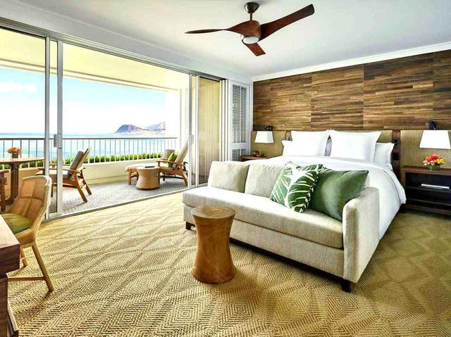 画像: 部屋は56㎡の広々設計。85%の客室からオアフ島西海岸の真っ青な海をご覧いただけます