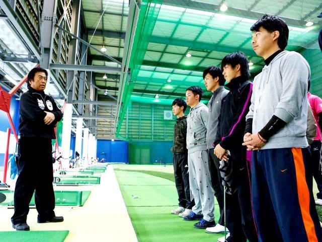 画像: 湯原プロが監督を務める東京国際大ゴルフ部では、自分固有のリズム・テンポ・タイミングを感じ取る訓練を常にしている