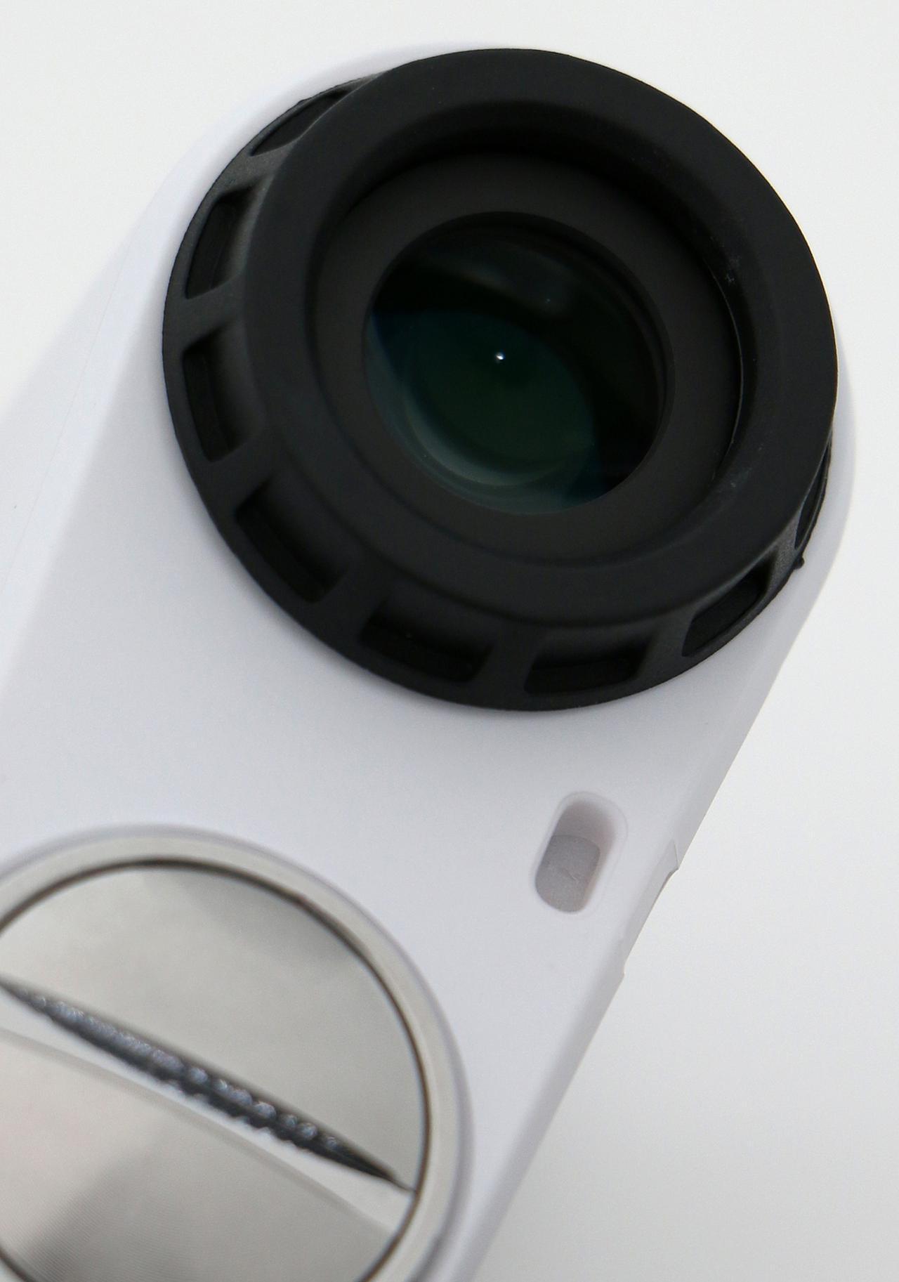 画像: 広い視野を確保できる大きめのレンズを採用