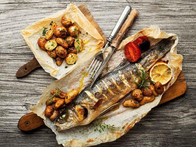 画像2: オープンエアの地中海レストラン「ハラニ」、メニューのひとつフィッシュロースト、名物のポテトフライ。白ワインが合う