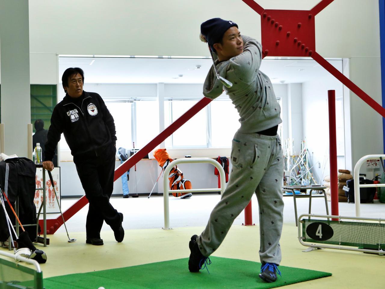画像: ゴルフ部員と湯原監督