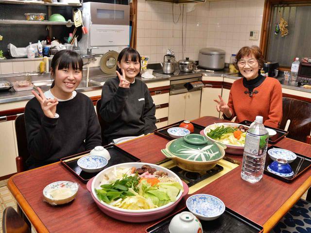 画像: 秋定喜代子さんの大きな家に下宿中の岡田主将と野木萌名さん(高1)。自家製の食材が食卓に並び健康を支えてくれる。「家族みたいなもの。毎日楽しいです」