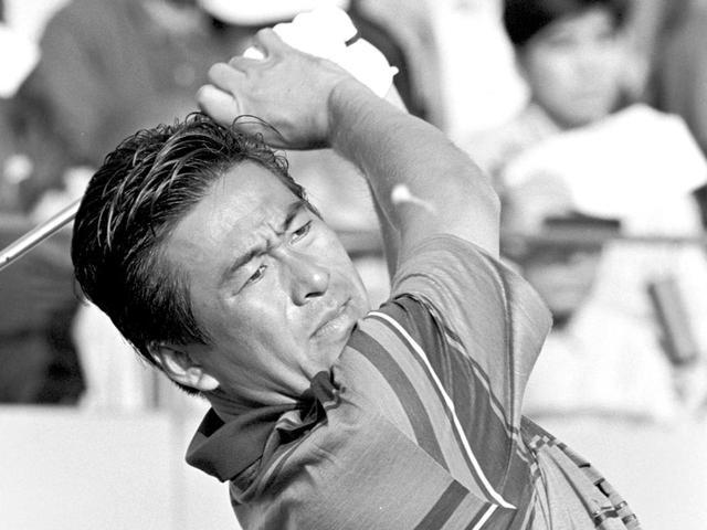 画像: 沖縄の強い海風が吹きつける大京オープン(1992年)でのプレー。「3カ所の風を読むときは、山や谷、林など周りの地形を考慮して、風がどう変化するのかを予想するのです」
