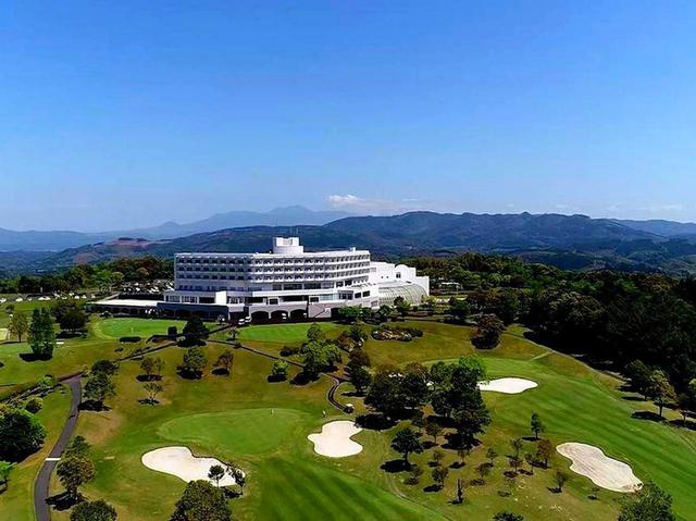 画像: 宿泊はゴルフ場の目の前、さつまリゾートホテル。全室ゴルフコースビュー