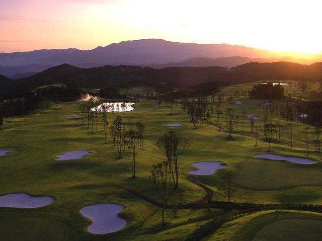 画像: さつまゴルフリゾートでゴルフ三昧、プレーは乗用カート。5日目にはコンペを開催