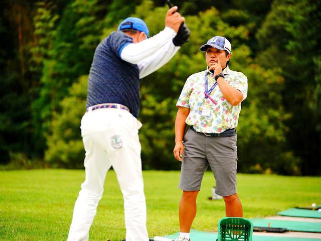 画像: ブリヂストンゴルフアカデミーのインストラクターが個別指導