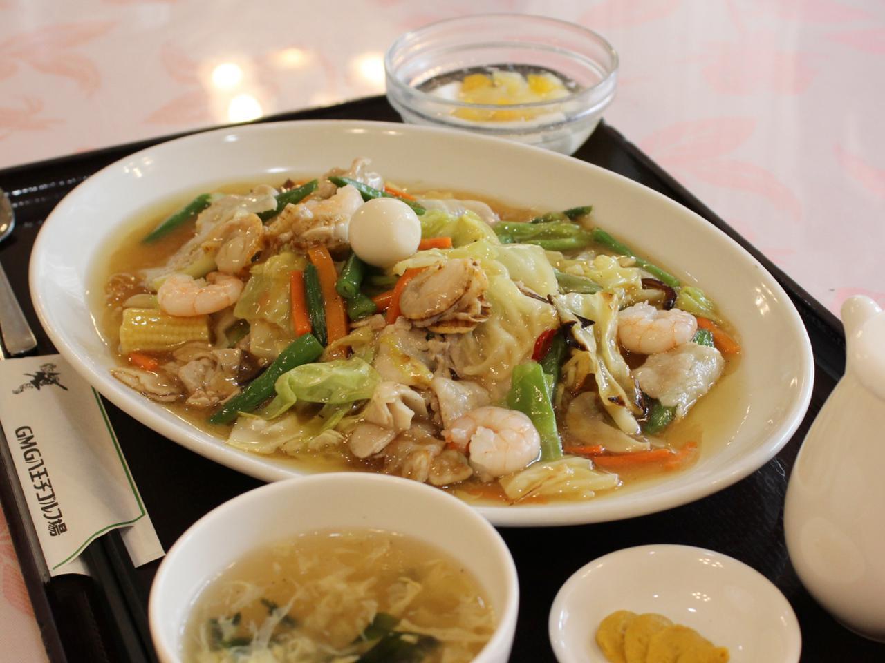 """画像: """"スープ、デザート付き"""" 五目あんかけ焼きそば(1380円・税別)"""