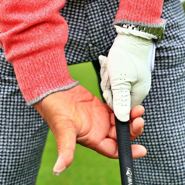画像: 「右手の指先でクラブを引っ張るようなイメージで、バックスウィングします」