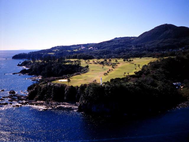 画像: 川奈ホテルゴルフコース 富士コース11番(619Y・P5)と12番(404Y・P4)※右の灯台ホールが11番