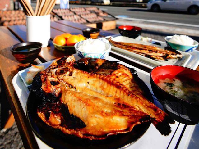 画像: 【杉国商店】では干物にプラス410円で定食にできる。写真のキンメやアジの開きが定番