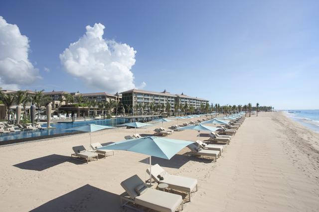 画像: ホテルの前は白砂ビーチ