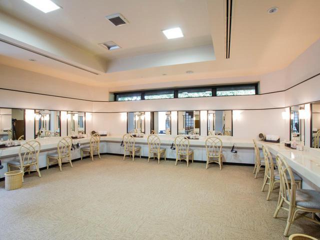 画像: 女性脱衣室は脱衣コーナーと洗面コーナーに分かれている