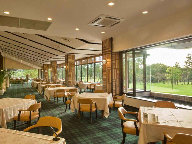 画像: 天井を傾斜させて、外の景観をより印象づけるデザインのレストラン。20卓