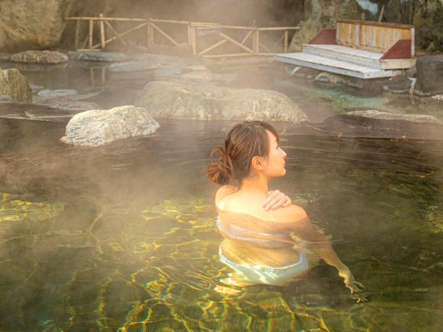画像: 男女別にひのき風呂、ジェットバス、サウナ、露天風呂のほか、水着着用の混浴ゾーンも