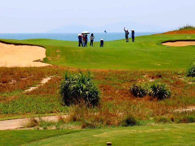 画像: BRGダナンゴルフクラブ デューンズ&オーシャンコース16番(148Y・P3)海に向かって打つ