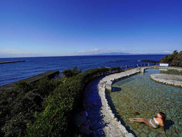 画像: 日帰りなら滞在5時間。どこまで楽しめる? 写真は混浴露天風呂「浜の湯」(水着の着用必須)