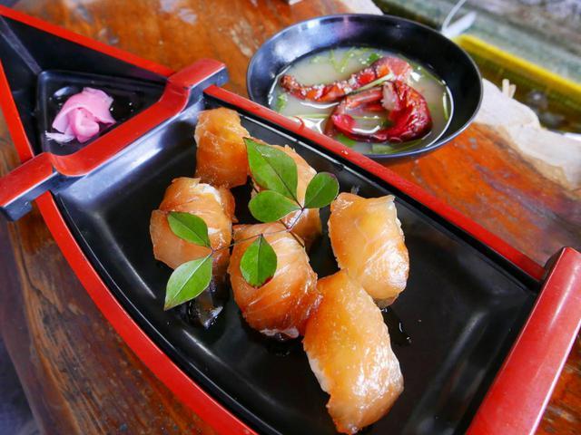 画像: 地元の絶品料理があじわえる「かあさん」。写真はブダイの切り身を青唐辛子醤油に漬け込んだ寿司。伊勢海老のお味噌汁尽きで1000円