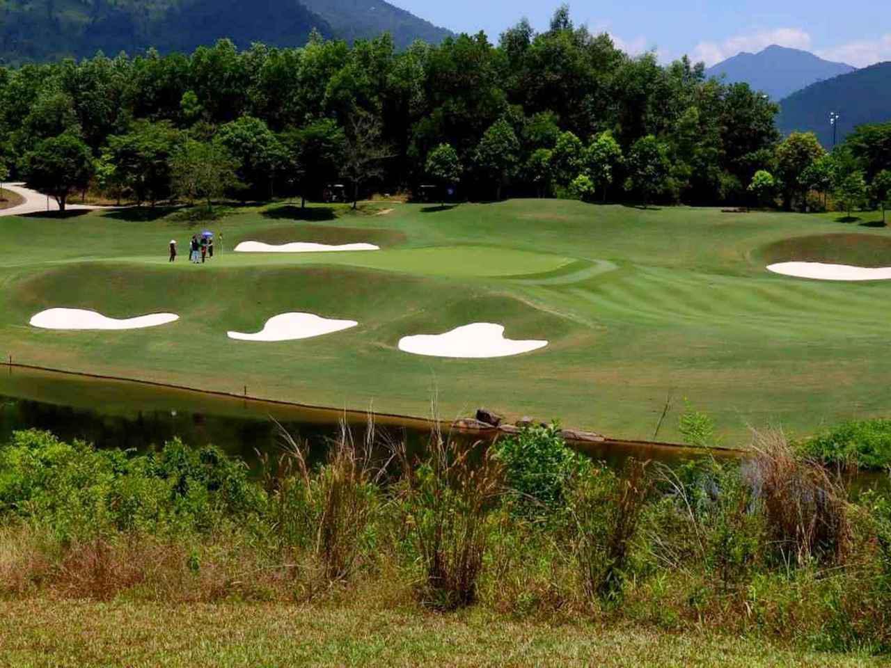 画像: バーナーヒルズ ゴルフクラブ 5番のグリーン周り