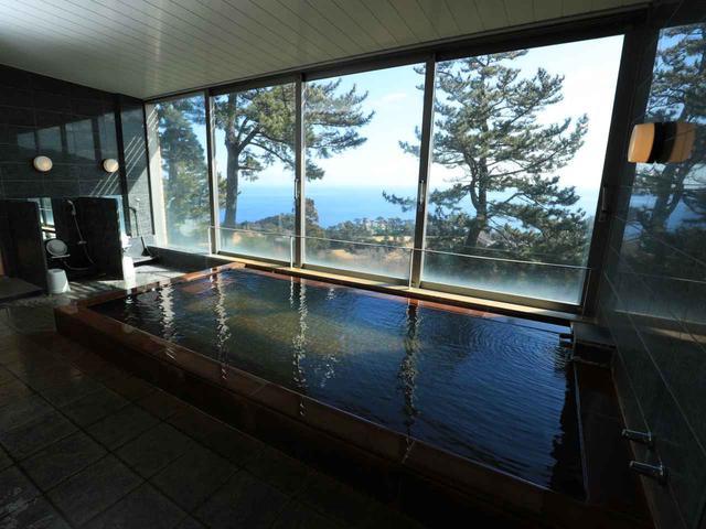 画像: 海を見渡す絶景浴場。源泉は敷地内から湧き出た源泉がかけ流し