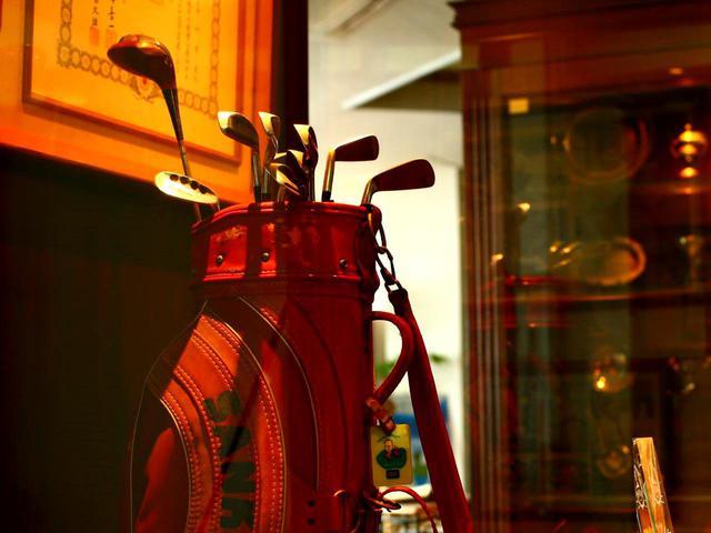 画像: 伊勢原カントリークラブのクラブハウスには今も中村寅吉プロの愛用クラブが飾られている