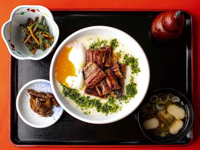 画像: 米はすべて地元・茨城産コシヒカリ。椀や小鉢には季節折々のものを使っている。小鉢、お新香、温泉卵、味噌汁付