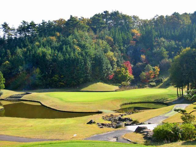 画像: 3番/173ヤード/パー3(若草) グリーン周りの池に注意し、距離と方向性が大事