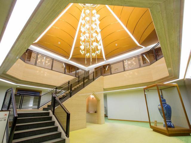 画像: 男性のロッカーホール。ホールを取り囲むように一般ロッカーが、上の階にコンパートメントロッカーがある