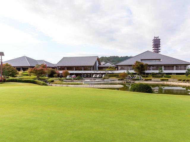 画像: 3棟の構成にみえる奈良若草カントリー倶楽部のクラブハウス外観