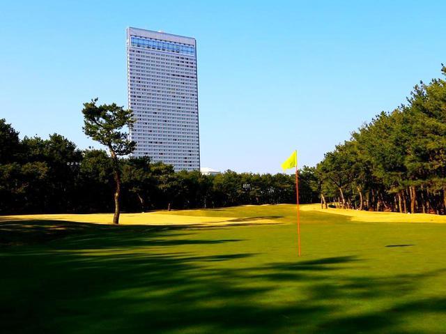 画像: トム・ワトソンゴルフコース。高くそびえるのがシェラトン・グランデ・オーシャンリゾート