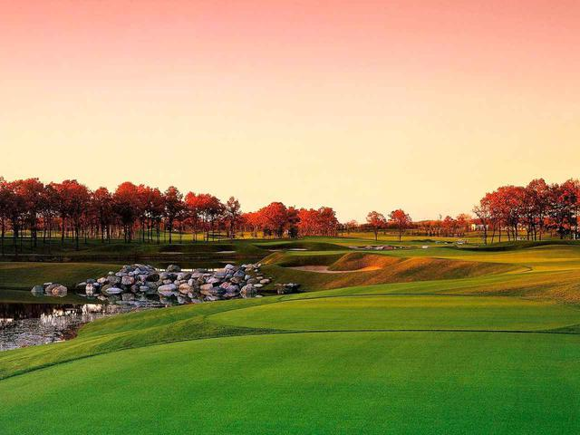 画像: 北海道ゴルフクラブ(17番・163Y・P3)左サイドは池、グリーン右の花道狙い