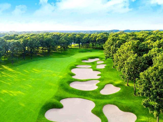 画像: 北海道クラシックゴルフクラブ(5番・525Y・P5)2打目は池越え。その後の3打目エリアにはご覧のバンカー群
