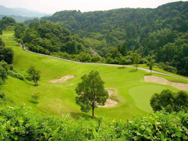 画像: 2番(218Y・P3)3つのバンカーがグリーンをガード。バンカーは鳴沢ゴルフ倶楽部と同じ川砂がたっぷり