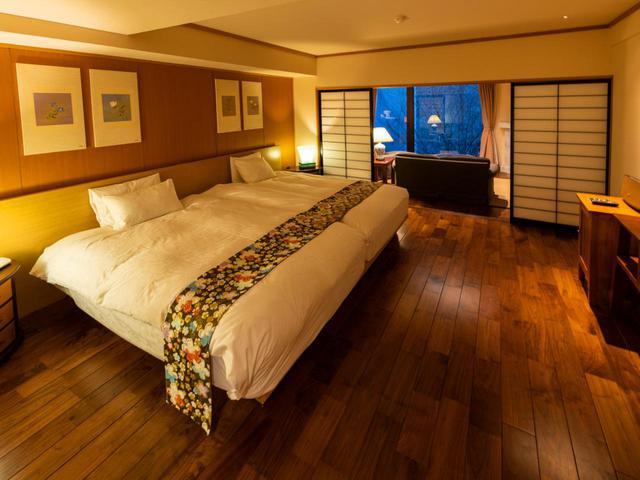 画像: 全43室の客室は、和洋様々なタイプがある。洋室は木のぬくもり感じる無垢材を使用