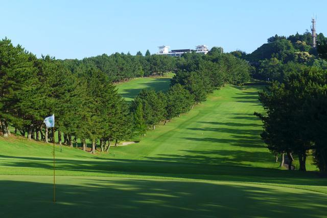 画像: 鎌倉カントリークラブ10番(427Y・P4)。後ろに見えるのがクラブハウス