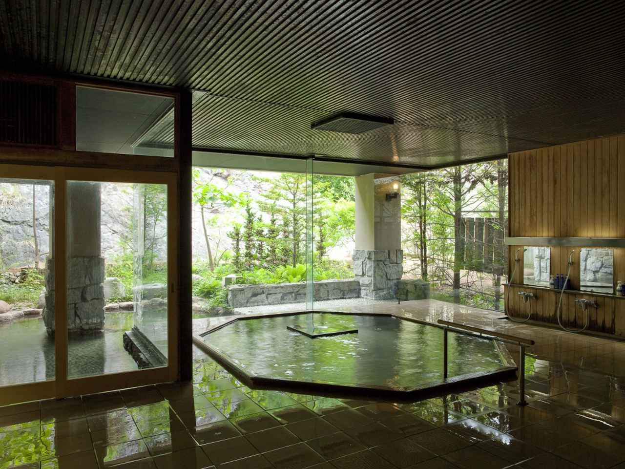 画像3: 立った姿勢で腰上まで浸かることができる立ち湯『雪月花』。アルカリ単純泉で肌がつるつるになる美肌の湯として評判が高い。寝ながら温泉に浸かれる寝湯や露天風呂付大浴場『白龍』