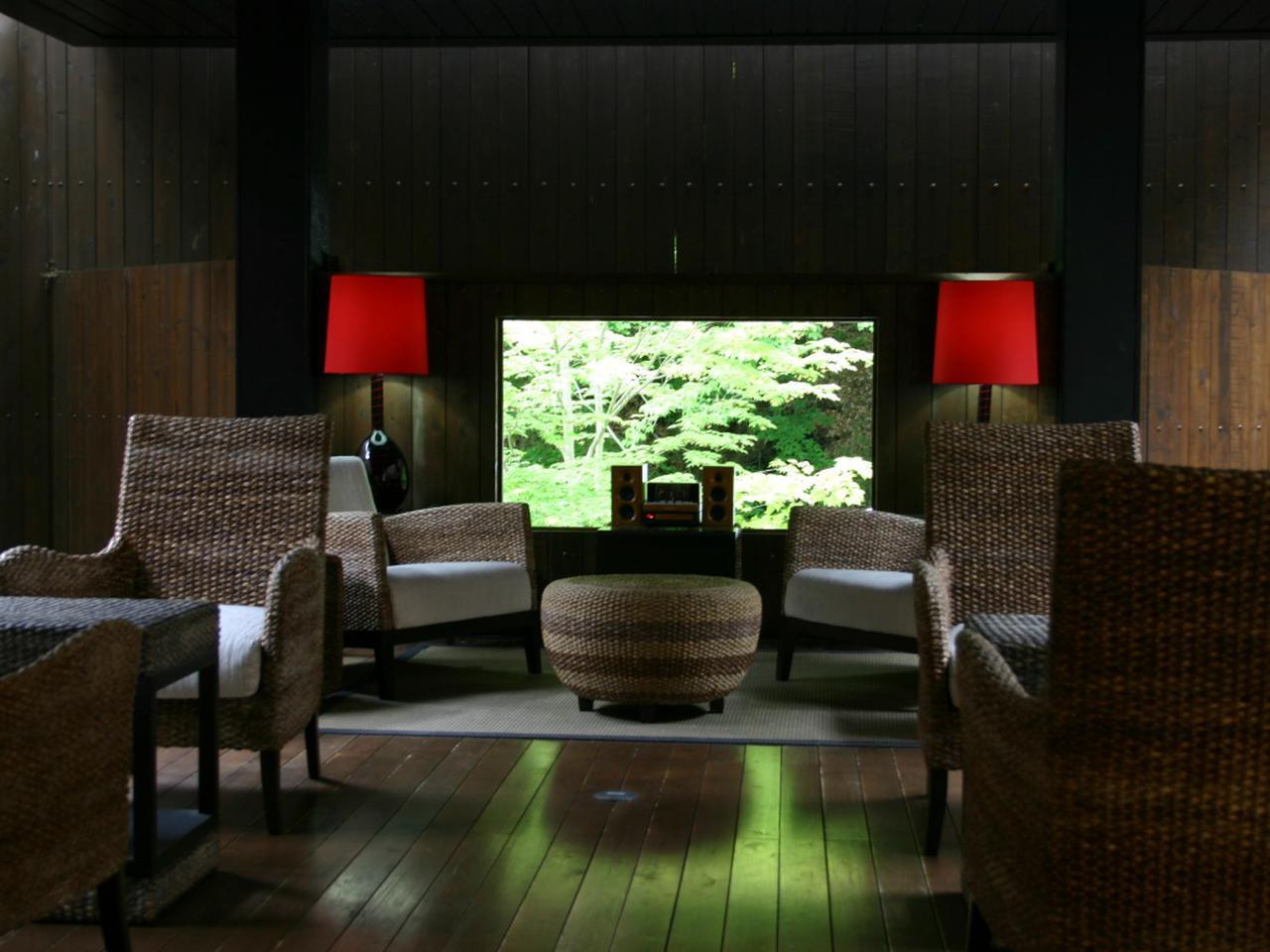 画像: 温泉の後は1階のオープンテラスで山の空気を感じたい