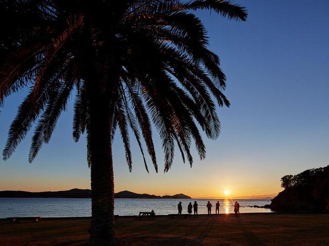 画像: 「夕日に染まる浜」では夕日が作り出す色彩が楽しめる