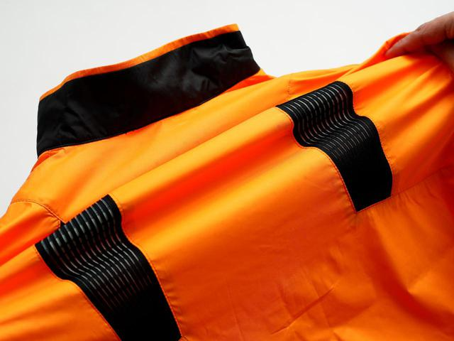 画像: 肩甲骨部の黒いテープがベンチレーションになっているだけでなく、動きに合わせて伸縮