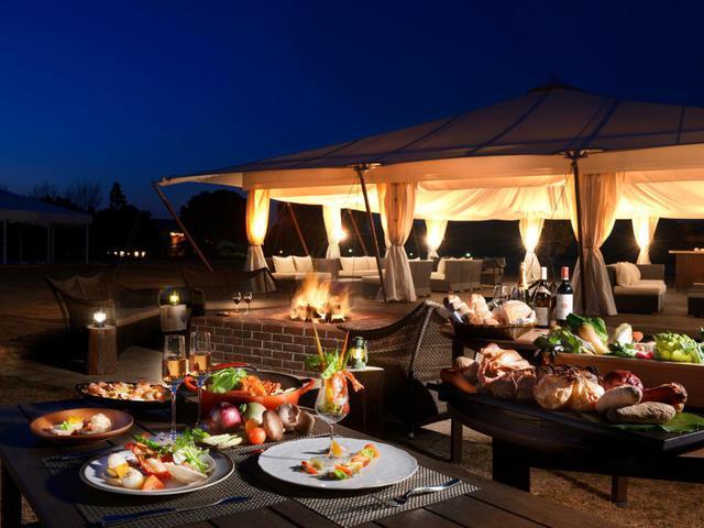 画像: 満天の星空のしたでグランピングディナーが楽しめる「里山ラウンジ」