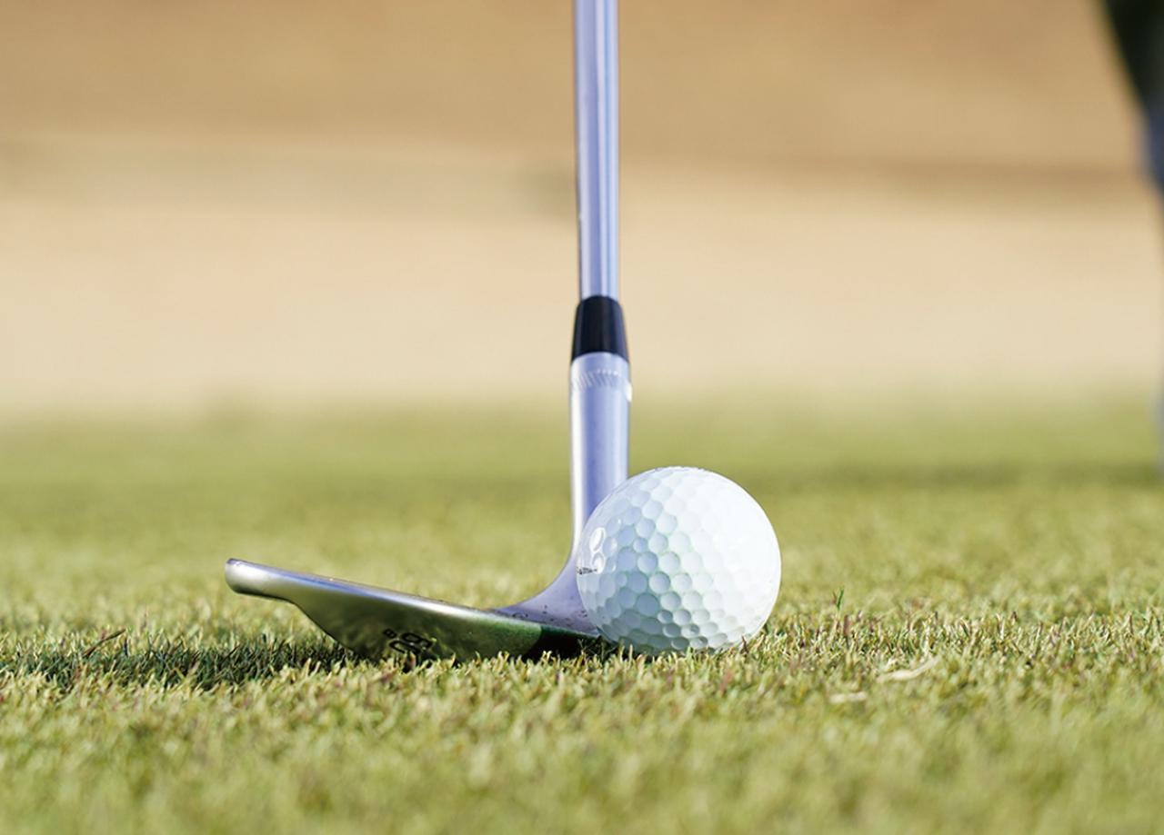 画像: 左のほうに置いたボールを、フェースを開いて打てばロブショットになる。すくい打ちをしなくていいから簡単