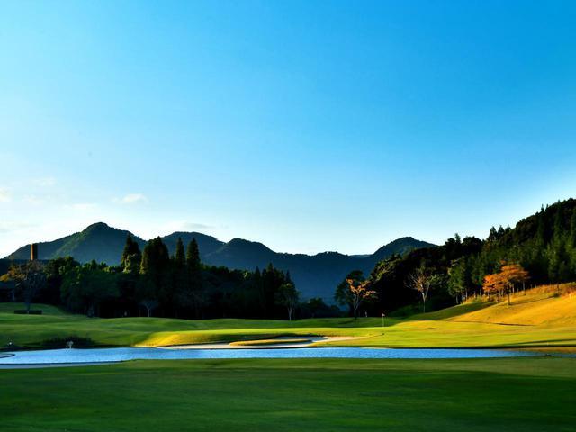 画像: 鹿児島高牧カントリークラブ 18番 トーナメントコースにふさわしい、池を配したドラマチックな最終ホール