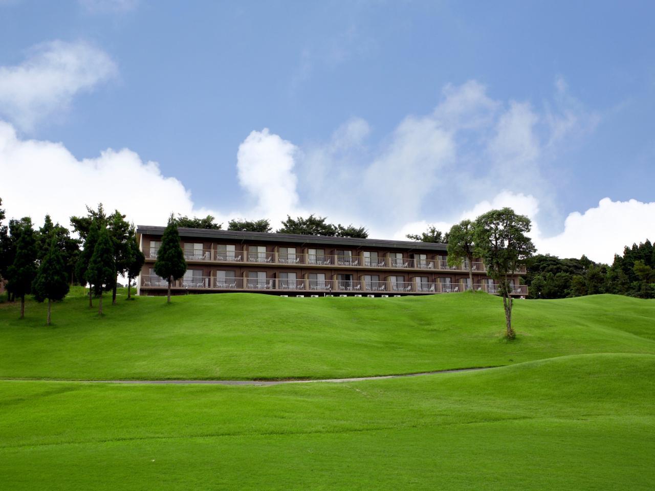 画像: コースを一望できる鹿児島高牧カントリークラブのロッジ