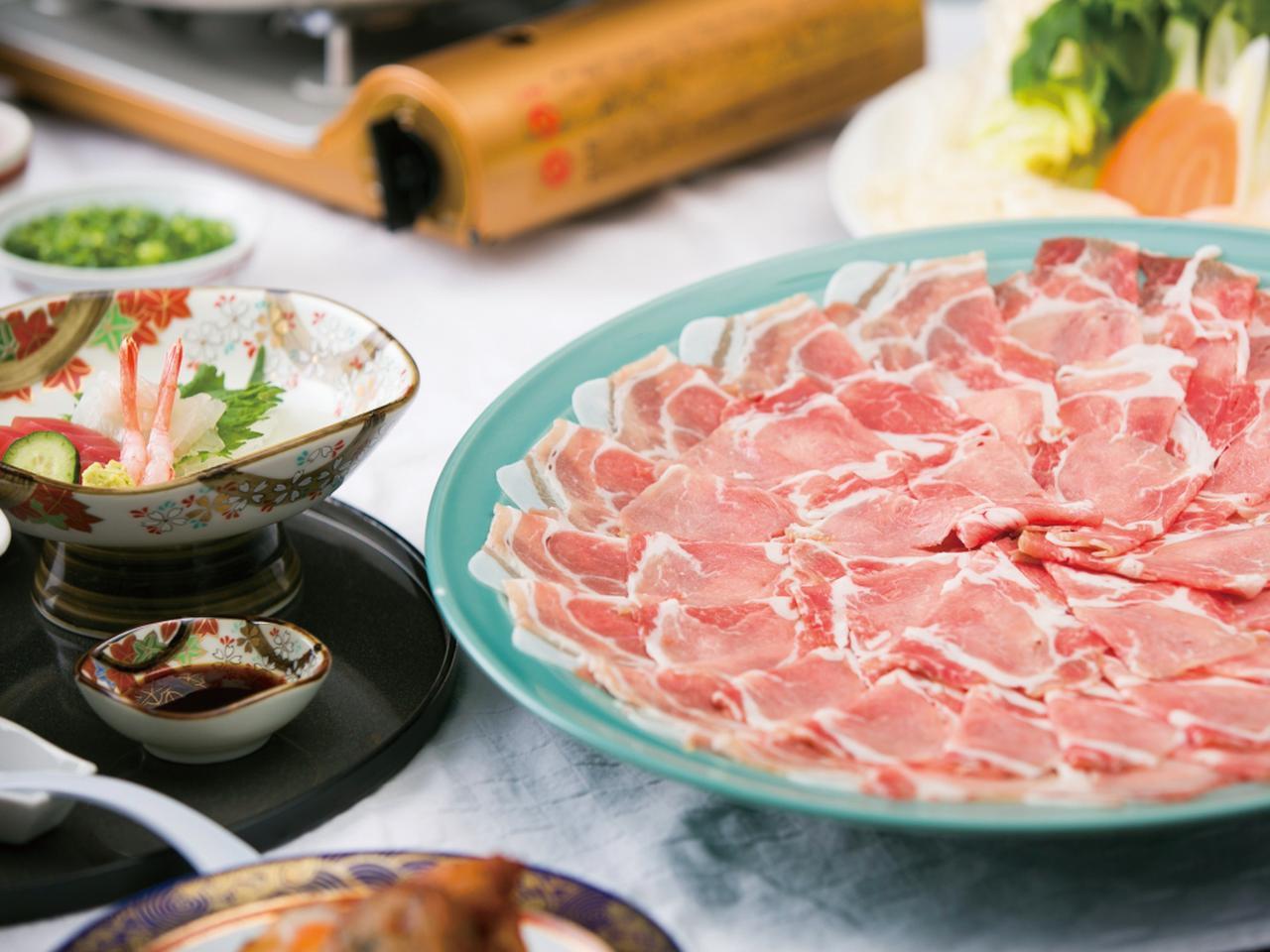 画像: 黒豚の産地として有名な鹿児島。夕食コースの「黒豚しゃぶしゃぶ」は地元民も太鼓判を押す美味しさだ