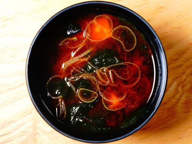 画像: 赤出汁の味噌汁がまたよく合うんです!