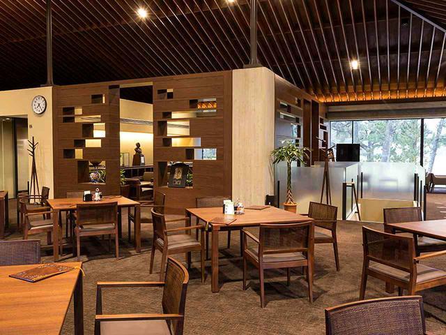 画像: ブラウン系に統一され、木の温もりを感じさせるレストラン。12卓