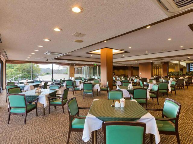 画像: レストランは壁で仕切られてはおらず、開放感がある。18卓