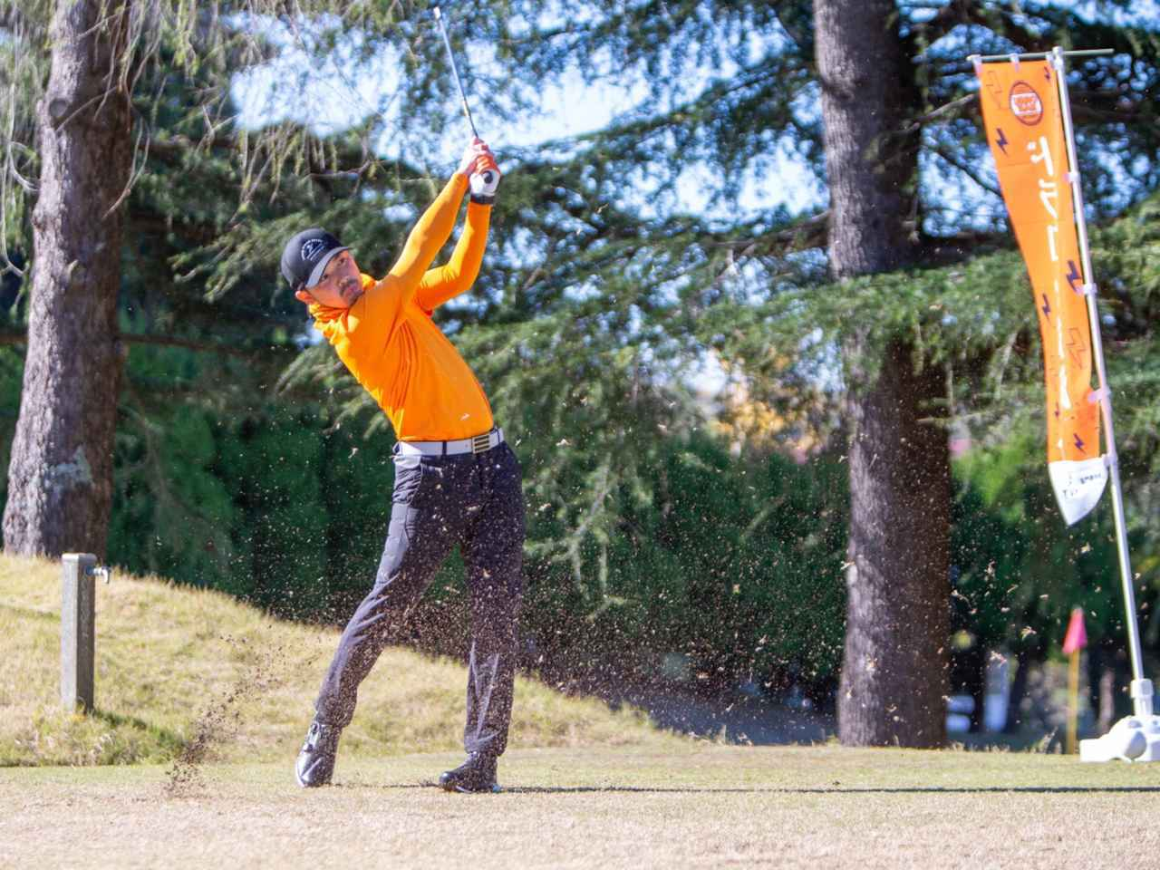 画像: 「寝ても覚めても考えるのはゴルフのこと。ゴルフ好きが高じてオレンジマンのロゴ入りカートバッグやマーカーも作っています」