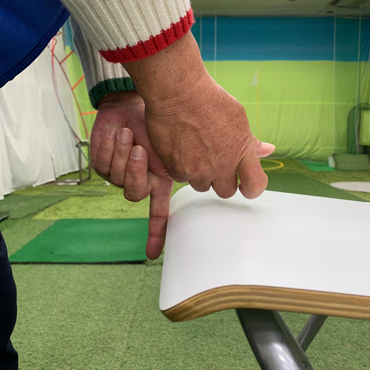 画像: 左人差し指を伸ばし、イスやテーブルを擦るようにスウィングするといい